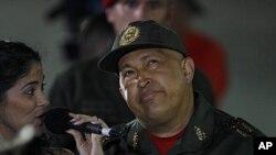 ແມ່ຍິງຄົນນຶ່ງ ພວມຮ້ອງເພງໃຫ້ປະທານາທິບໍດີເວເນຊູເອລາ ທ່ານ Hugo Chavez ຂະນະທີ່ທ່ານກັບມາເຖິງ ທຳນຽບປະທານາທິບໍດີ ຫຼັງຈາກໄປປົວໂຣກມະເຮັງຄັ້ງທີ 3 (2 ກັນຍາ 2011)