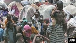 Người Somalia đứng chờ nhận trợ giúp nhân đạo ở Mogadishu, Somalia, 25/7/2011