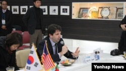 한국 문화를 배우기 위해 안동을 방문 중인 마크 리퍼트 주한 미국 대사가 14일 특수학교인 안동영명학교를 방문해 간담회를 가지고 있다.
