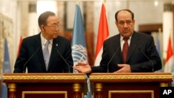 Sekjen PBB Ban Ki-moon (kiri) melakukan konferensi pers bersama PM Irak Nouri al-Maliki di Baghdad hari Senin (13/1).