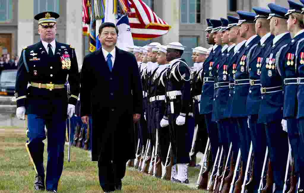 2012年2月14号,美国陆军上校戴维•安德斯(左)伴随中国国家副主席习近平检阅仪仗队。