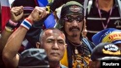 泰國反政府抗議人士在曼谷一家銀行門外進行示威。