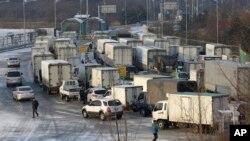 16일 한국 파주시 판문점 인근에서 개성공단으로 향하는 차량들이 남북출입사무소를 통과하고 있다.