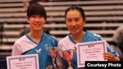前中国奥运乒乓球选手高军(右)和高徒吴炫宁