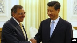 Bộ trưởng Quốc phòng Mỹ Leon Panetta bắt tay với Phó Chủ tịch Trung Quốc Tập Cận Bình tại Sảnh đường Nhân dân ở Bắc Kinh, ngày 19/9/2012