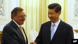 Leon Panetta (à g.) et le vice-président chinois Xi Jinping mercredi à Pékin