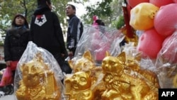 Các bức tượng mèo được bày bán trên đường phố ở Hà Nội, ngày 31/1/2011