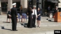 Hai cô con gái thay mặt Hải quân Mỹ gắn cấp bậc mới cho thân phụ mình, tướng Nguyễn Từ Huấn.