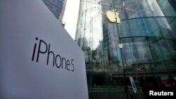 上海浦东金融区苹果商店入口处展示的iPhone5