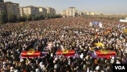 Ribuan warga Kurdi menghadiri pemakaman 3 aktivis Kurdi di kota Diyarbakir, Turki hari Kamis (17/1).