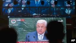 요르단강 서안 주민들이 27일, 라말라에 설치된 대형 스크린을 통해 마무드 압바스 팔레스타인 자치정부 수반의 연설을 지켜보고 있다.
