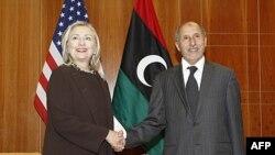 AQSh Davlat kotibi Xillari Klinton Liviya Milliy muvaqqat kengashi raisi Mustafo Abdul-Jalil bilan Tripolida uchrashmoqda, 18-oktabr, 2011-yil.