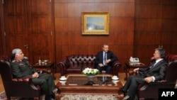 Turski predsednik Abdula Gul (desno), premijer Tajip Erdogan (u sredini) i general Nedždet Ozel tokom jučerašnjeg sastanka u Ankari