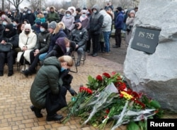 Keluarga dan kerabat korban menghadiri upacara peringatan setahun jatuhnya pesawat Ukraine International Airlines PS752 di wilayah udara Iran, di Kyiv, Ukraina, 8 Januari 2021. (REUTERS / Valentyn Ogirenko)
