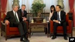 Thứ trưởng Ngoại giao William Burns (trái) và Ủy viên Quốc vụ viện Trung Quốc Dương Khiết Trì tại cuộc họp ở Trung Nam Hai, 22/1/14