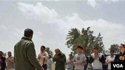 Perekrutan dan pelatihan cara mengggunakan senjata oleh kelompok pemberontak anti-pemerintah.di Misrata, Libya, Selasa (26/4).