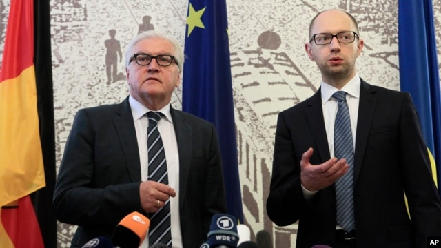 German Foreign Minister Frank-Walter Steinmeier (left) and Ukrainian Prime Minister Arseniy Yatsenyuk take part in a briefing in Kyiv, Ukraine, on May 13, 2014.