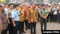 Presiden Joko Widodo mengunjungi pameran industri alat pertahanan Indo Defence 2014 di JIExpo Kemayoran Jakarta Pusat, 7 November 2014 (Foto: VOA/Andylala)