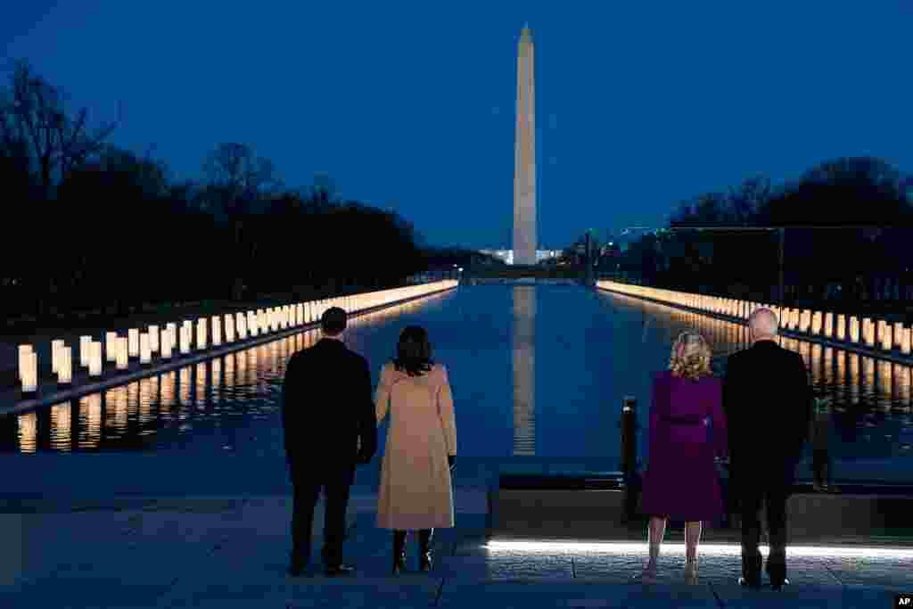 Makamu Rais mteule wa Marekani Kamala Harris (wapili kushoto) na mumewe Douglas Emhoff na Rais mteule wa Marekani Joe Biden (kulia) na mkewe Dkt Jill Biden wakihudhuria Kumbukumbu maalum ya COVID-19 katika viwanja vya Lincoln Memorial mjini Washington, DC, Januari 19, 2021 kuwaenzi wale waliofariki kutokana na COVID-19.