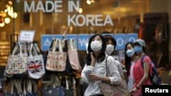 Khách du lịch đeo khẩu trang để đề phòng bệnh MERS, ở Seoul, Hàn Quốc, 11/6/2015.