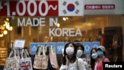 11일 서울 명동에서 관광객들이 메르스 감염을 막기 위해 마스크를 쓰고 있다.