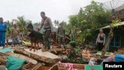 ក្រុមជួយសង្គ្រោះប្រើសុនខដើម្បីស្វែងរកជនរងគ្រោះ នៅតំបន់ South Lampung ប្រទេសឥណ្ឌូណេស៊ី កាលពីថ្ងៃទី២៥ ខែធ្នូ ឆ្នាំ២០១៨។
