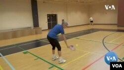 Pelatih 'pickleball' membuktikan usia bukan masalah dalam berolahraga. (Foto: VOA)