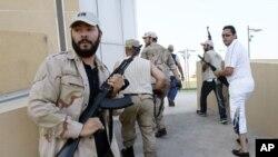 利比亚反对派武装8月24日在的黎波里搜寻卡扎菲及其亲属的下落