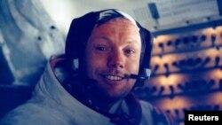 Neil Armstrong dalam unit pesawat ruang angkasa setelah langkah bersejarahnya di bulan pada 1969. (Foto: Reuters/NASA)