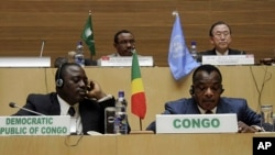 2月24日刚果民主共和国总统卡比拉,前左,和刚果共和国总统萨苏-恩格索在协议签署仪式上