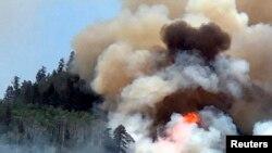 کولوراڈو کے ایک جنگل میں لگی آگ سے دھویں کے بادل بلند ہورہے ہیں۔