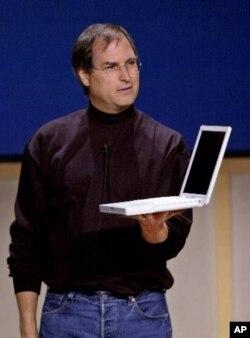 2001年5月,乔布斯在苹果公司总部新闻发布会上展示新款iBook手提电脑