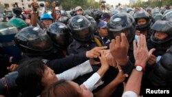 Para demonstran Kamboja bentrok dengan polisi di ibukota Phnom Penh hari Senin (31/3).