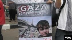 Poster yang dibawa oleh demonstran di Jakarta baru-baru ini yang memrotes serangan Israel di Jalur Gaza. (VOA/Andylala Waluyo)