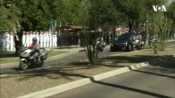 Меган Маккейн не втримує сліз під час церимонії вшанування пам'яті батька у Капітолію Аризони. Відео