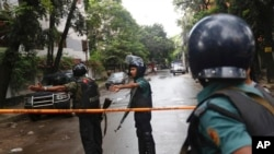 Des policiers bangladais patrouillent dans une zone où des hommes armés ont pris des dizaines d'étrangers en otage dans un restaurant, à Dhaka, Bangladesh, 2 juillet 2016. (AP photo)
