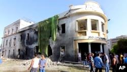 9月11號民眾在班加西美國領事館前觀看一年前遇襲現場。