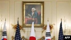 Từ trái, Bộ trưởng Ngoại giao Nhật Bản Seiji Maehara, Ngoại trưởng Mỹ Hillary Clinton và Ngoại trưởng Hàn Quốc Kim Sung-hwan tại Bộ Ngoại giao ở Washington, thứ Hai 6/12/2010