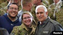 Potpredsednik SAD Majk Pens za vreme posete vojnicima u Avganistanu 21. decembra 2017.
