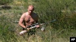 Ông Vladimir Putin cầm súng tại vùng Tuva của Siberia năm 2007.
