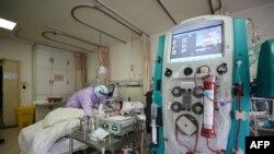 一名武汉新冠病毒感染病人在接受治疗。(2020年2月28日)