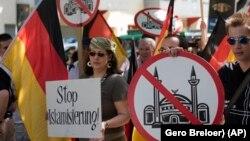 İslam ve göçmen karşıtı grubun Berlin'de düzenlediği bir gösteri