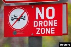 미국 캘리포니아 샌디에고의 공원에서 드론 사용 금지를 알리는 푯말이 세워져 있다.