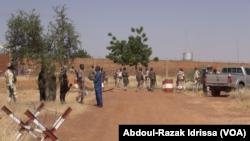 Vue sur la prison de Koutoukalé, après une attaque terroriste, au Niger, le 17 octobre 2016. (VOA/Abdoul-Razak Idrissa)