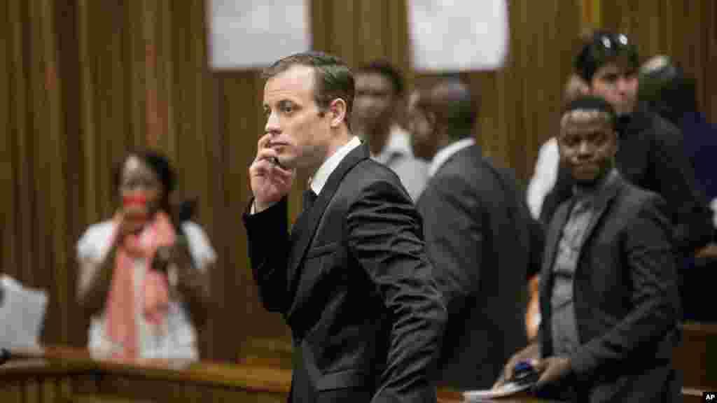 Oscar Pistorius parle au téléphone après l'audience à Pretoria, le 18 avril 2016.