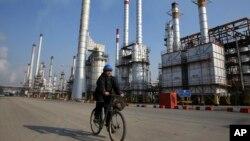 Fasilitas penyulingan minyak Iran di selatan Teheran, (foto: dok).