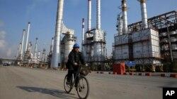 Sebuah fasilitas penyulingan minyak di selatan Teheran, Iran (foto: dok). Dicabutnya sanksi internasional atas Iran akan semakin mendorong jatuhnya harga minyak akibat jumlah pasokan global minyak mentah yang berlebihan.