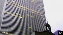 Το εκκλησάκι του Αγ. Νικολάου δίπλα στους Δίδυμους Πύργους, πριν απο τις επιθέσεις της 11ης Σεπτεμβρίου.