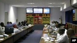 Négociations à la Bourse du Zimbabwe à Harare, le 24 avril 2008 sur les prix des produits de base, la croissance économique, les initiatives d'allégement de la dette, les politiques économiques favorables au marché et les marchés boursiers d'Afrique. (AP/Tsvangirayi Mukwazhi)