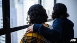 اپنی فیملی سے بھاگ کر ہانگ پہنچنے والی سعودی بہنیں، 18 سالہ راون(زرد شرٹ میں) اور 20 سالہ ریم۔ 22 فروری 2019